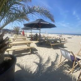 Beachline Beach terras op het strand met strandbedden en parasols in het Westland