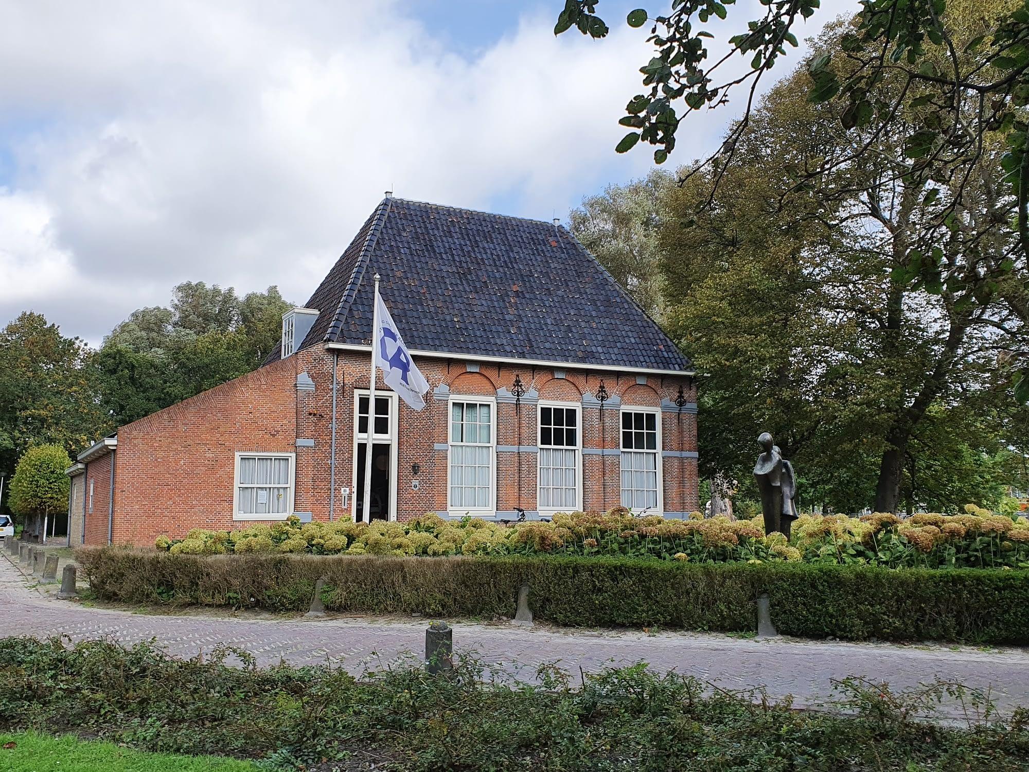 Vooraanzicht van de statige pand van de Hofboerderij in het Hofpark in Wateringen in het Westland