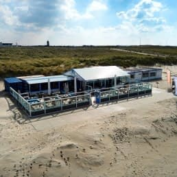 luchtfoto van strandtent Moments Beach op het strand in het Westland