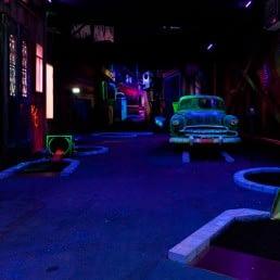 glow in the dark minigolfbaan met een oude amerikaanse auto in entertainment center The City Food & Fun in het Westland