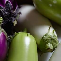 foto van verschillende typen aubergines met verschillende kleuren als paars, wit en groen van auberginekweker van Luijk uit het Westland