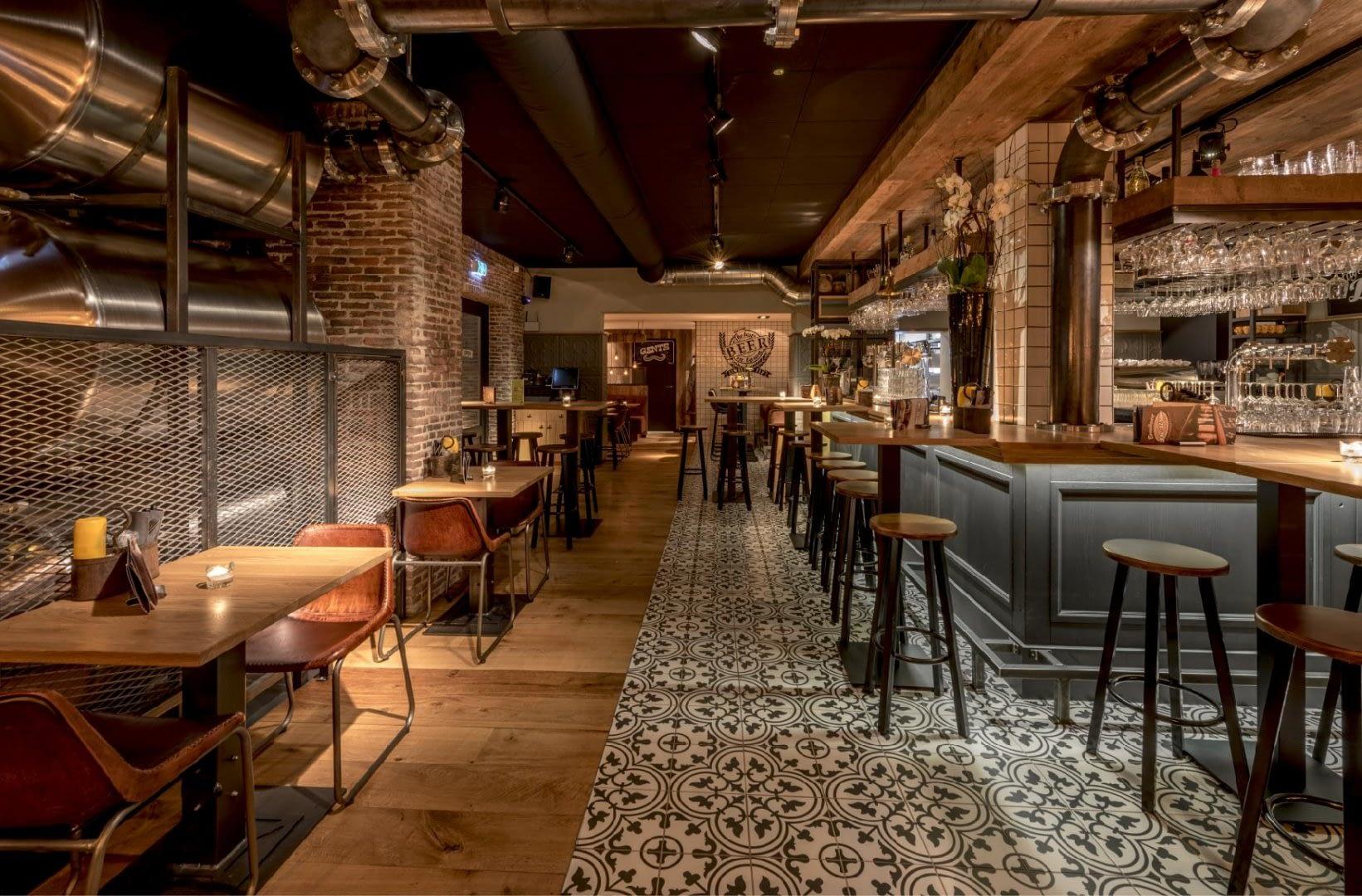 leeg interieur van eetcafé de Witte in de Lier met mozaiekvloer en bar en tafels