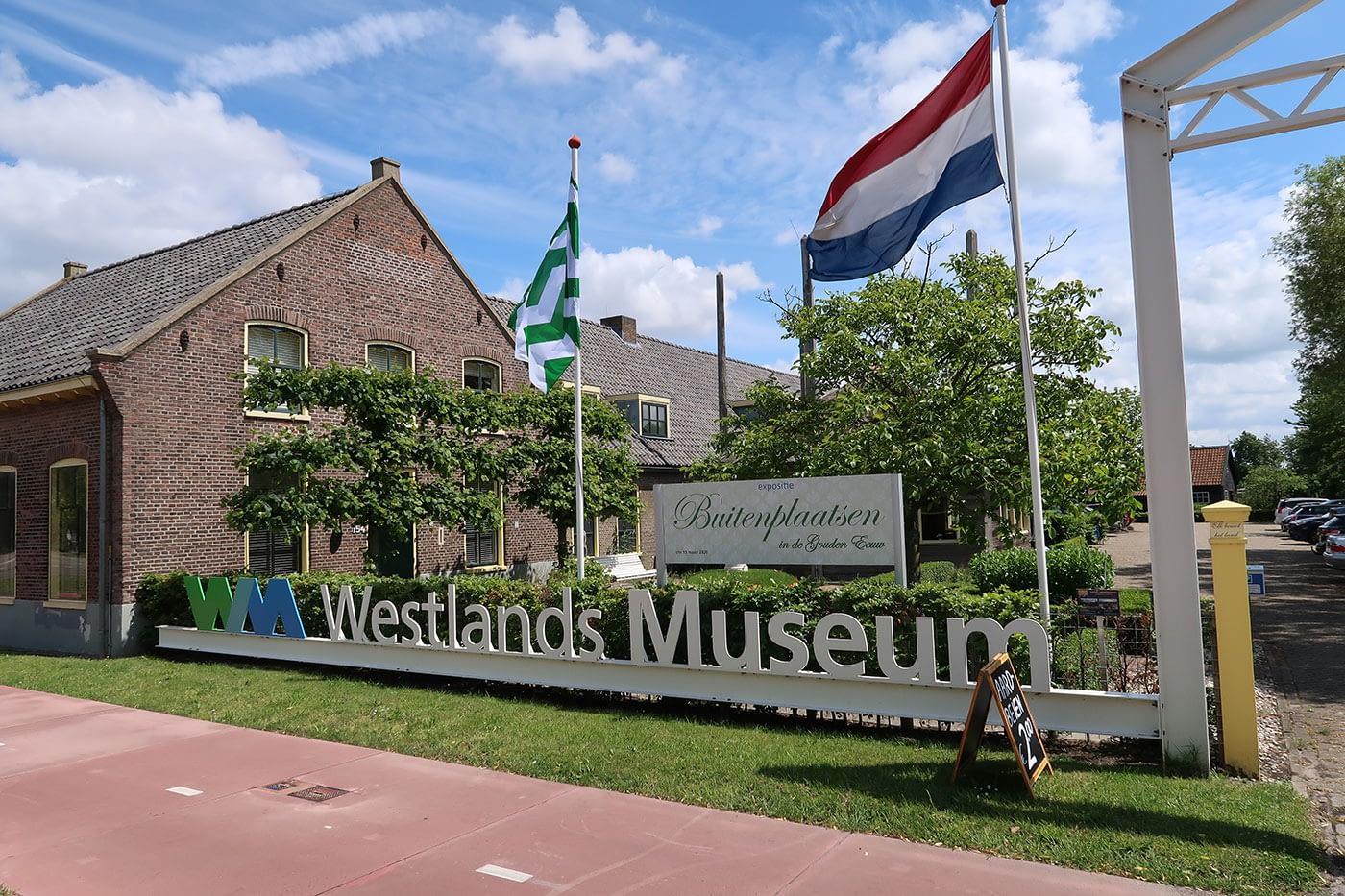 voorzijde van het gebouw en de oprit van het westlands museum in het westland