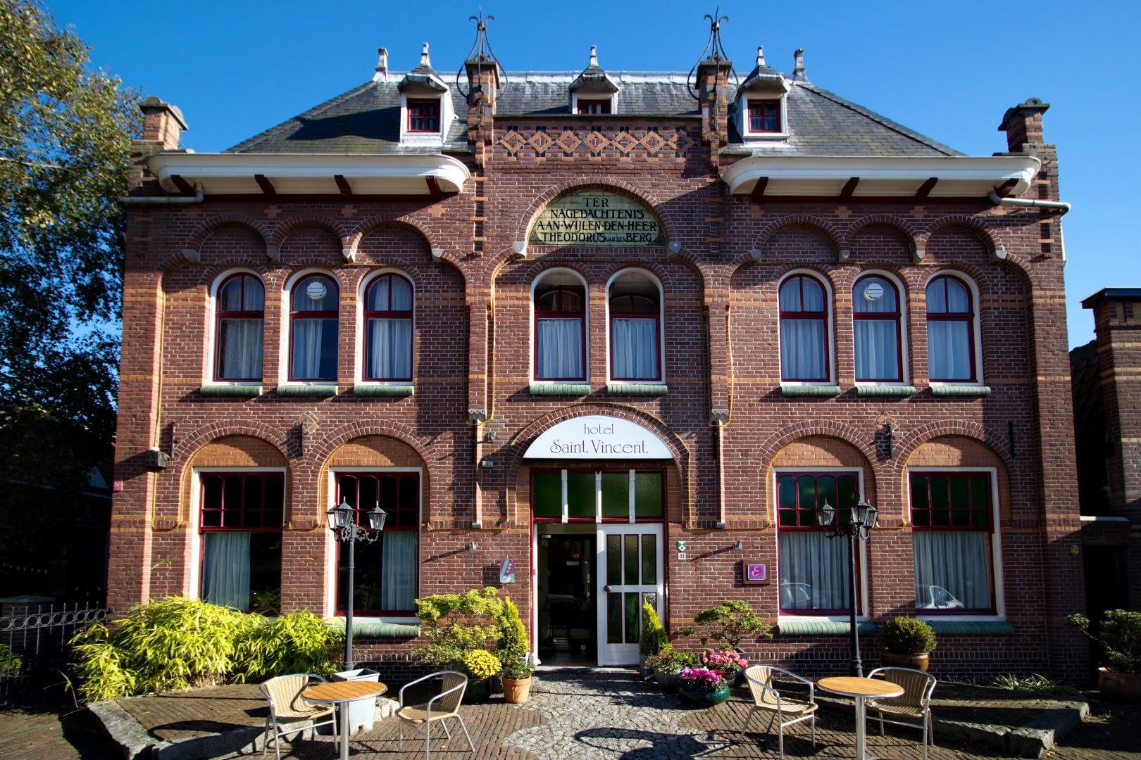 foto van de buitenzijde van het historische pand van familiehotel Saint Vincent in het Westland