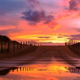 strandopgang in het Westland bij avondrood