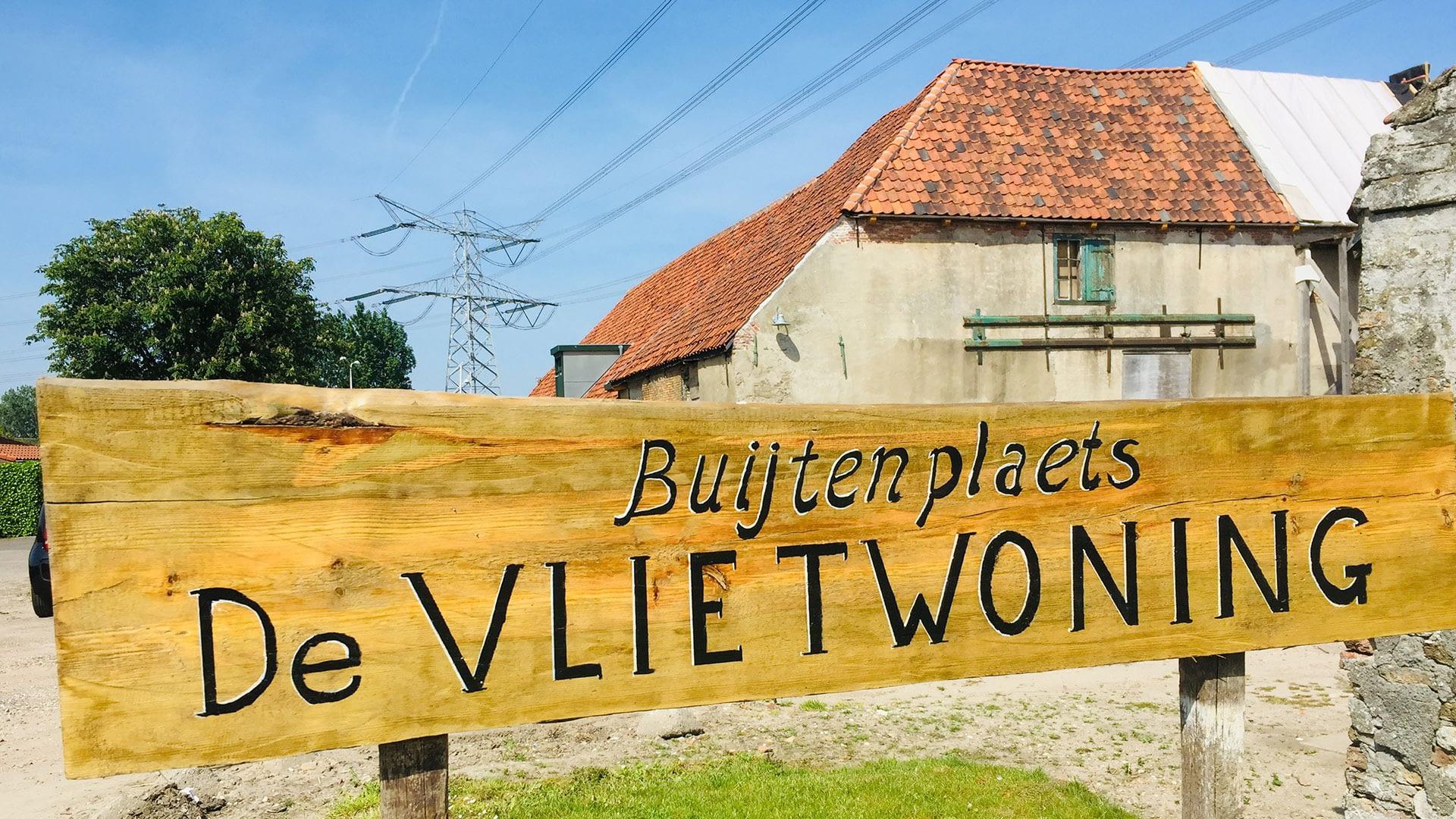 houten bord bij de entree van Buijtenplaets de Vlietwoning in het Westland