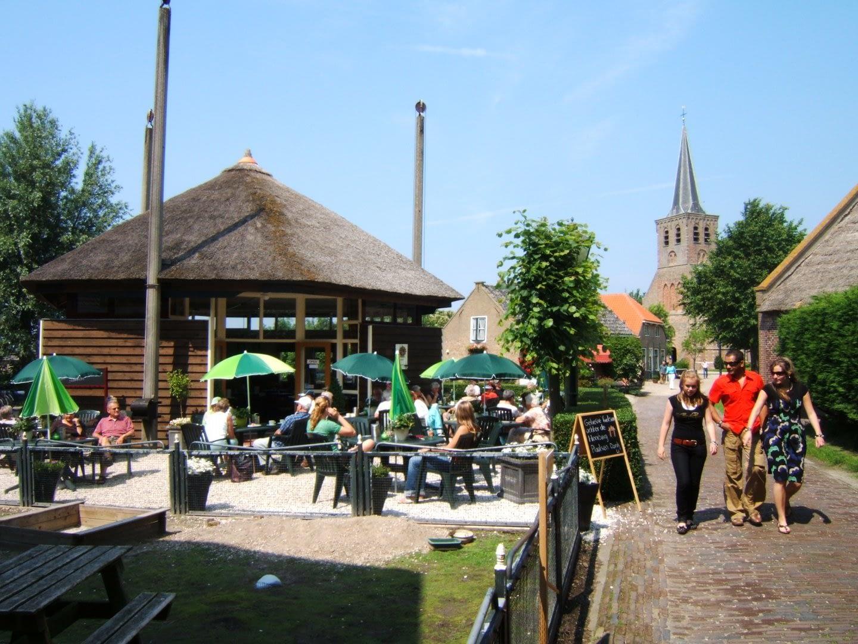 terras van Koffiehuis de Hooiberg in 't Woudt op een zonnige dag in het Westland