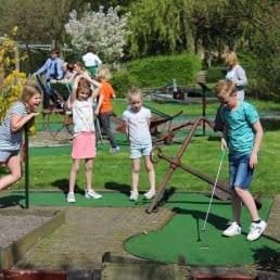 kinderen op de midgetgolfbaan van Paviljoen De Zweth in het Westland