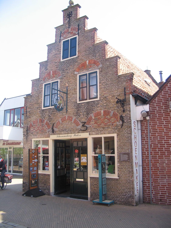 gerestaureerde pand met trapgevel in 's gravenzande in het westland met een expositie van kinderboekenschrijver Leonard van Roggeveen, die in het trapgevelhuisje heeft gewoond