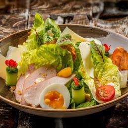 gezonde groene salade bij strandtent the coast in het westland