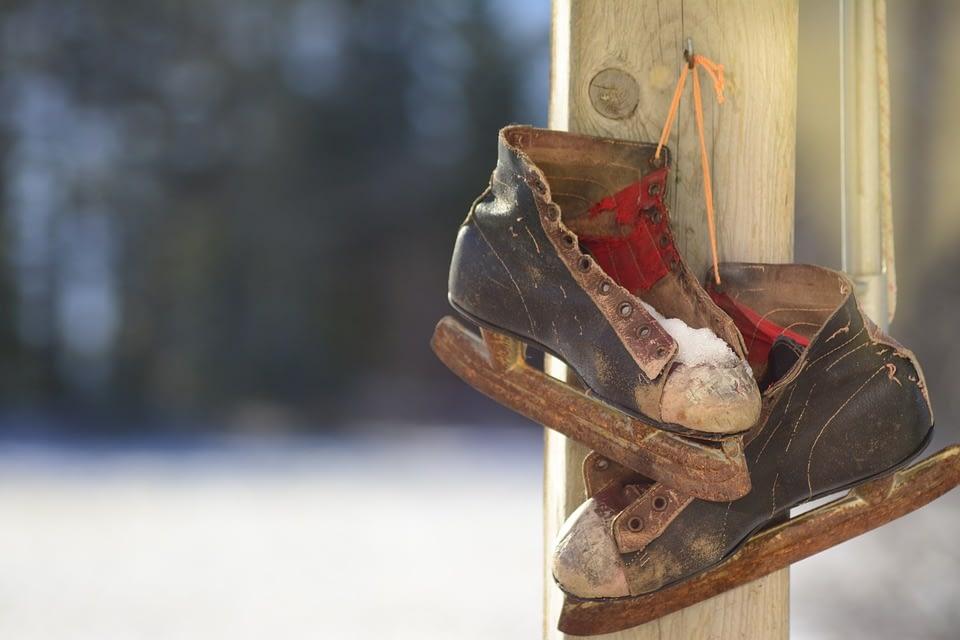 oude schaatsen hangen aan een touwtje aan een paal bij het westlands Schaatsmuseum in het Westland