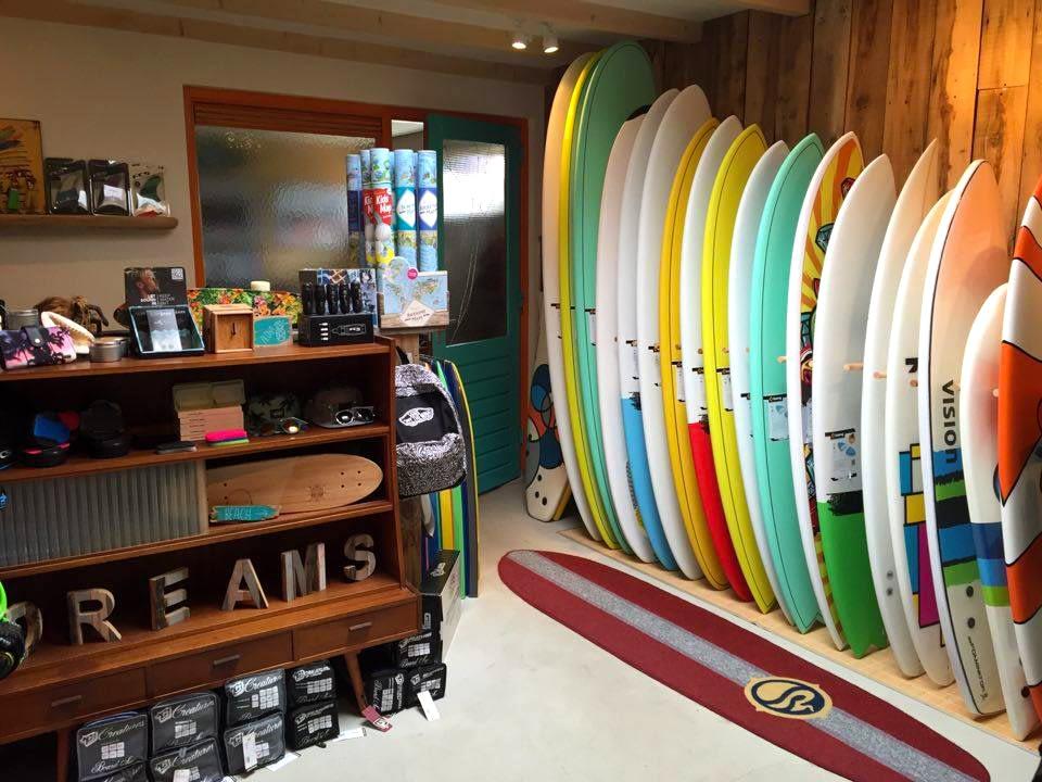 winkel van dreams surfshop met assortiment aan surfboards en andere professionele surfbenodigdheden in het Westland