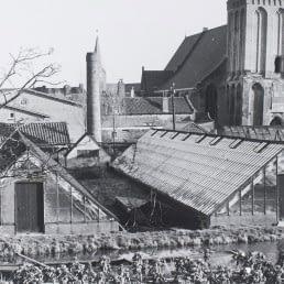 historische foto van oude glazen kassen en een kerktoren in het Westland