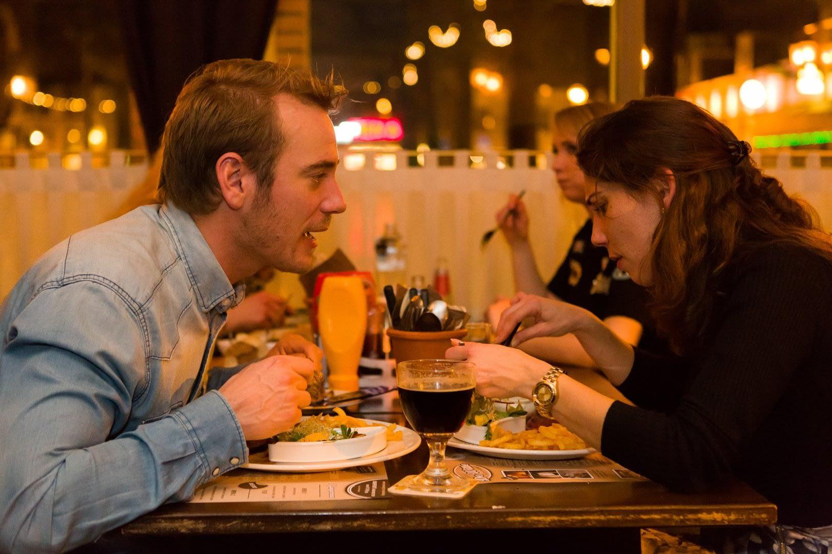 jong stel aan tafel tijdens een diner bij Eetcafé de Witte in 's Gravenzande in het Westland