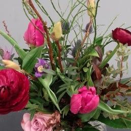bloemstuk met rode en roze tulpen gemaakt tijdens een workshop bloemschikken bij Het Natuur Atelier in het Westland