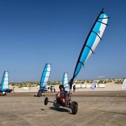blokart van beachLine Beach die schuin hangt door de wind op het strand in het Westland