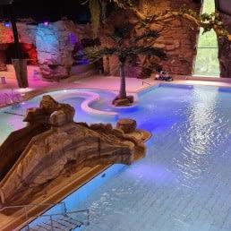 recreatiebad met glijbanen en neonlicht bij zwembad De Boetzelaer in het Westland