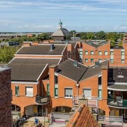 Uitzicht over de daken van het winkelcentrum van 's Gravenzande in het Westland met in de achtergrond de kerktoren