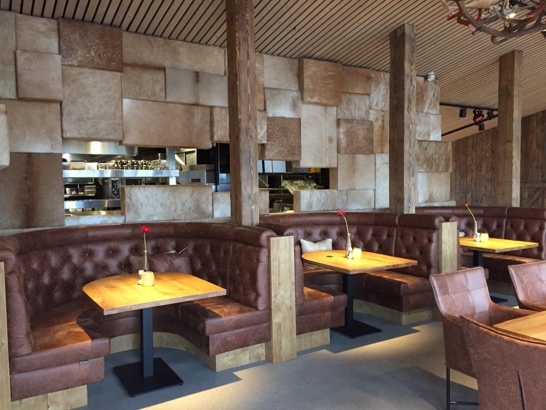 interieur van Restaurant Wollebrand met prive tafel in nisjes met leren banken in het Westland