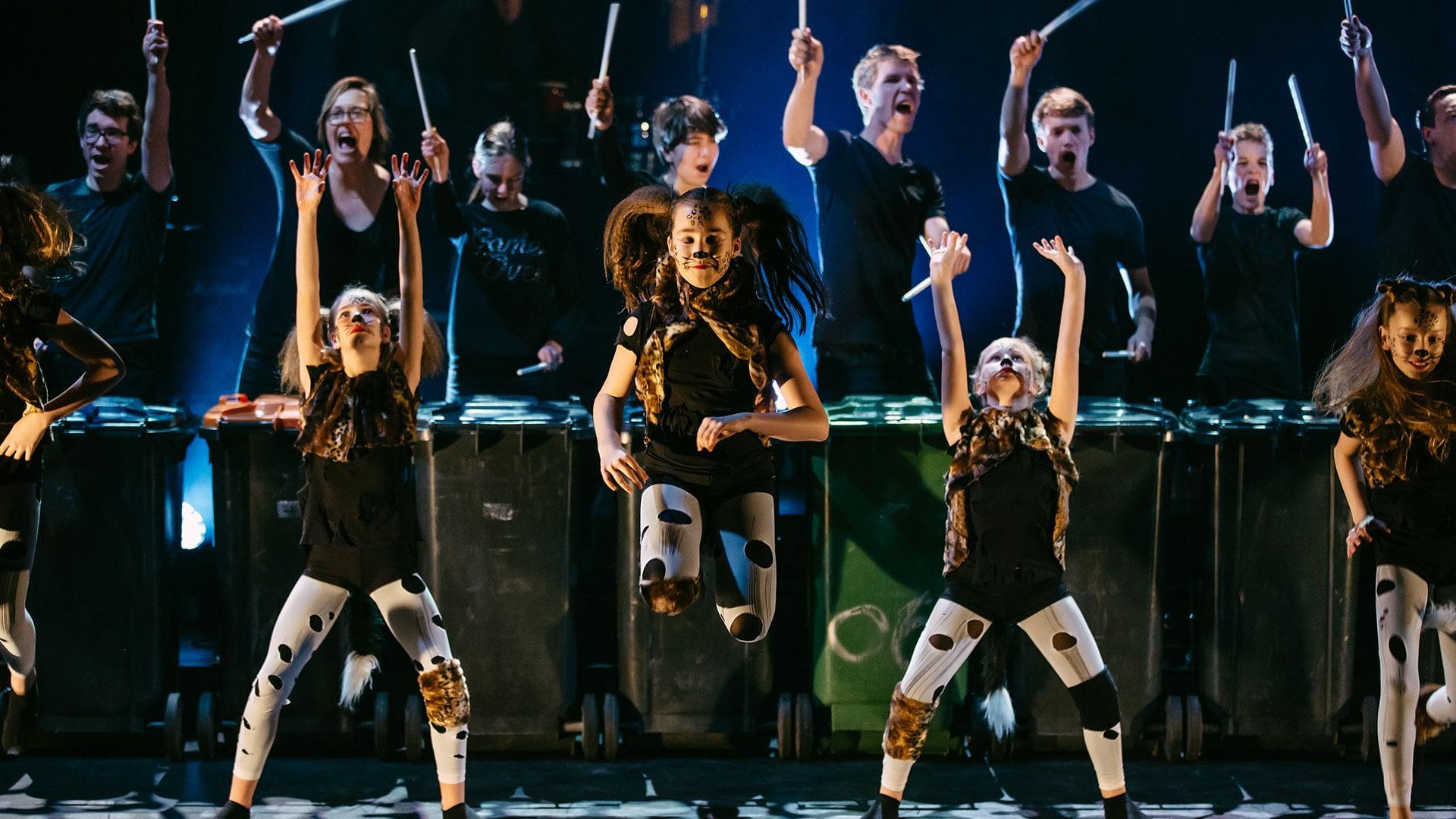 jonge danseressen in zwart-witte kleding treden op tijdens een festival van Westland Cultuurweb in het Westland