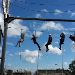 klimmers hangen in de touwen van het hoogteparcours van 2SUR5 in het Westland