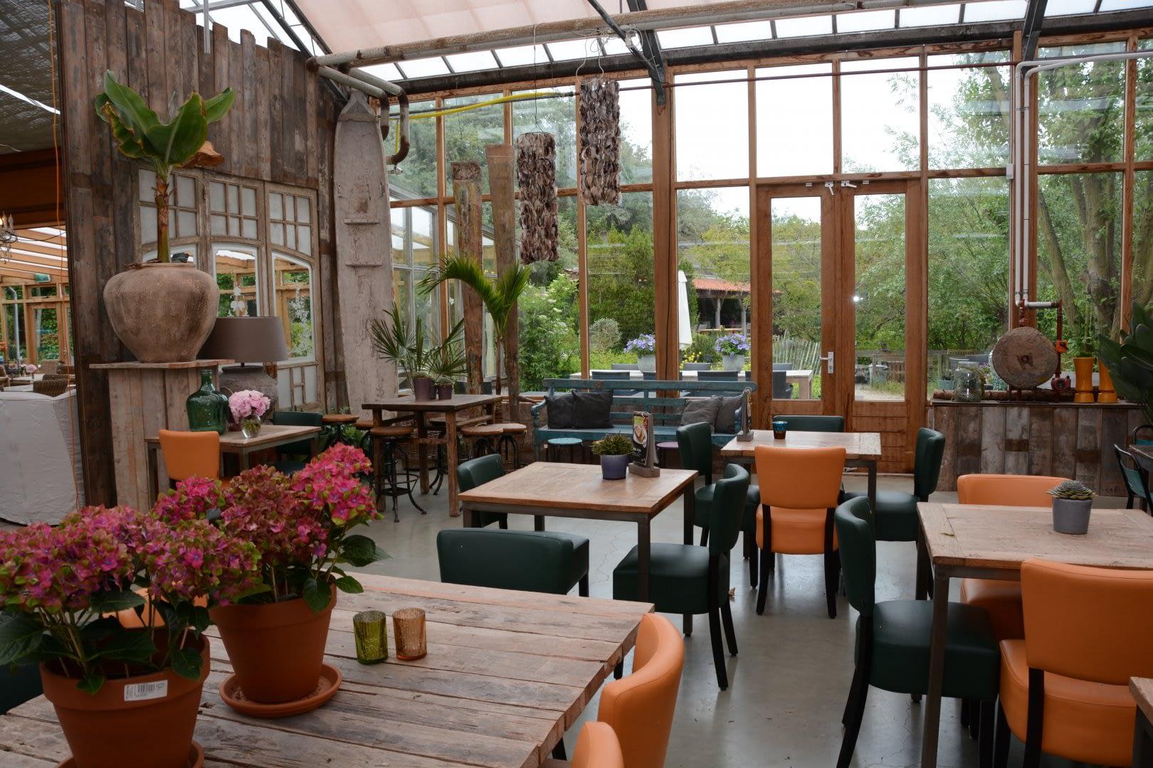 tuincafe met tafels en stoelen van Intratuin 's Gravenzande in het Westland