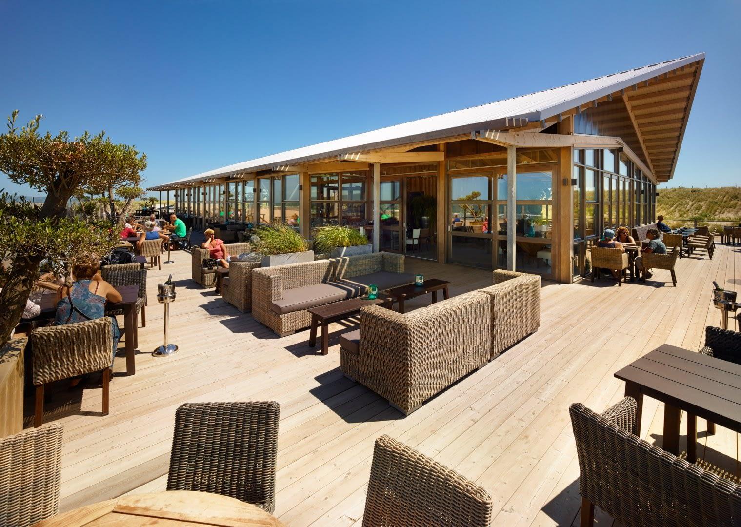 zonnig houten terras van strandtent op palen the coast in het westland