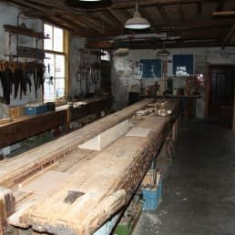 meterslange houten werkbank in Museum De Timmerwerf in het Westland