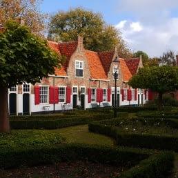 Oude huisjes met oranje dakpannen en rode luiken in het Heilige Geesthofje in Naaldwijk in het Westland