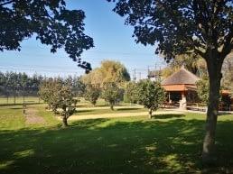 Tuin met gras en jeu de boules banen bij familiehotel bij Boerderij Dichtbij in het Westland
