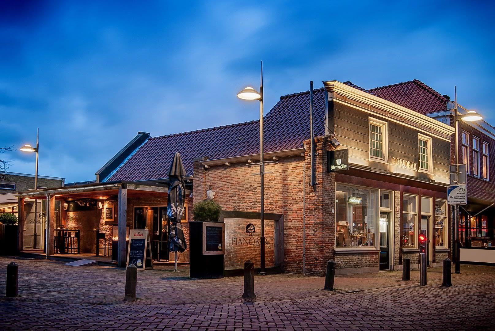 foto van het verlichte pand van De Pianobar in Naaldwijk