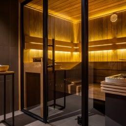 foto van een sauna met houten bankjes achter glas bij Reset Spa in het Westland