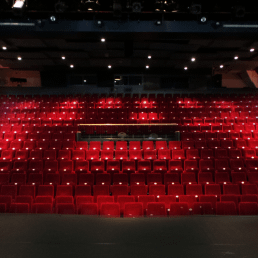 grote zaal met rode pluche stoelen van WestlandTheater de naald in het westland