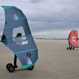 twee wingboards op een leeg strand in het westland