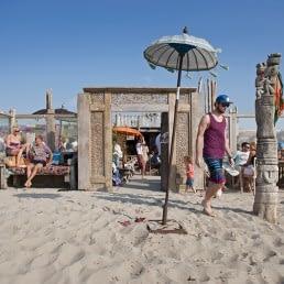 vooraanzicht van strandtent elements beach met balinese parasol en entree in het westland