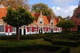 foto van oude huisjes met rode luiken en oranje daken in het Heilige Geesthofje in Naaldwijk in het Westland