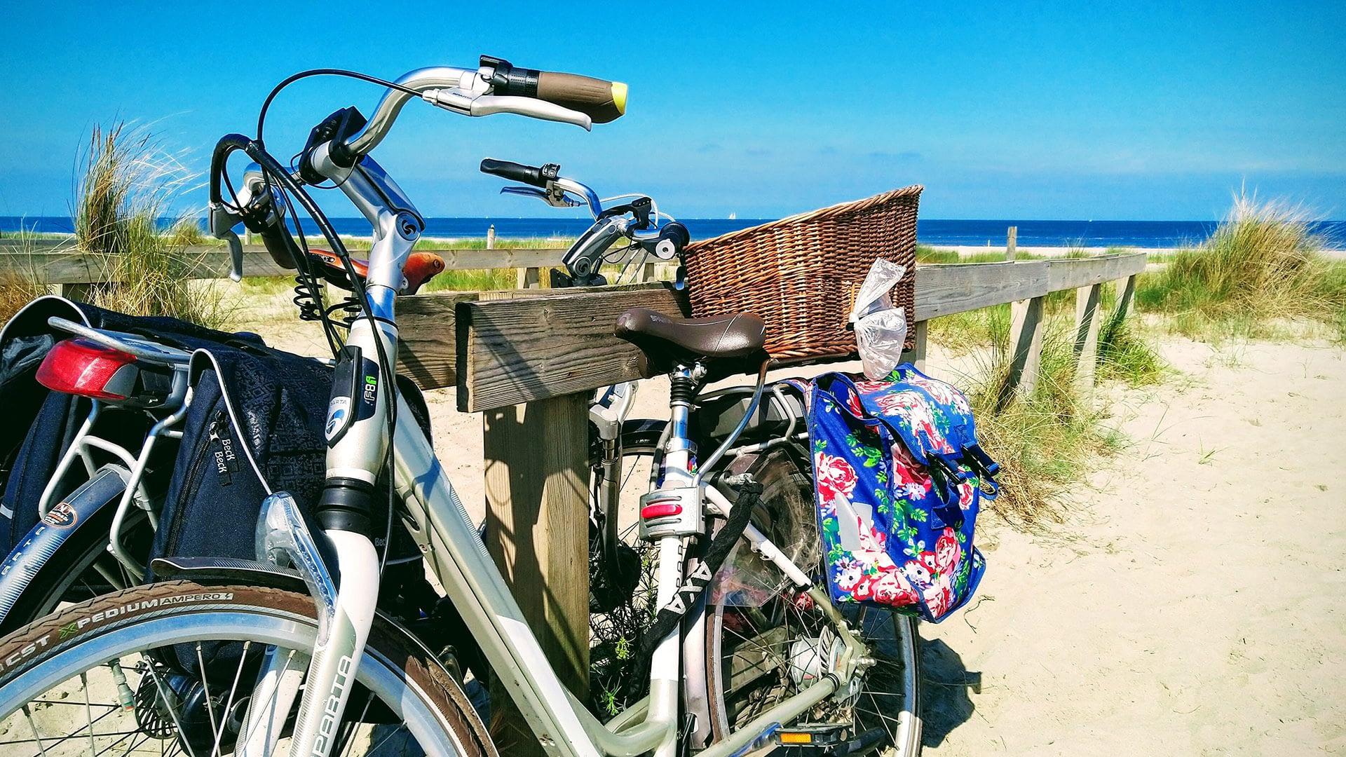 twee geparkeerde e-bike bij het strand in het Westland