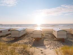 Slapen tussen kust en kassen: vijf pipowagens op het Westlandse strand bij Strandpark Vlugtenburg