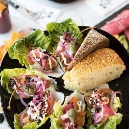 salade met focaccia op een zwart bord bij NON Bar in het Westland