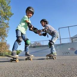 jonge kinderen op skateboards tijdens een skateboardles van Dreams in het Westland