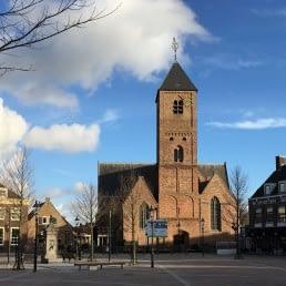 Leeg Marktplein in Naaldwijk met op de achtergrond de Oude Kerk en de naastgelegen pastorie waarin nu Restaurant Bij5 zit in het Westland