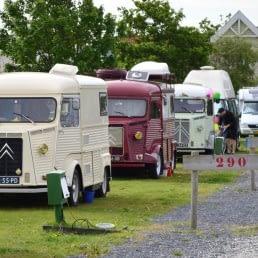 gekleurde oude citroen campers staan achter elkaar geparkeerd op de camping van strandpark Vlugtenburg in het Westland